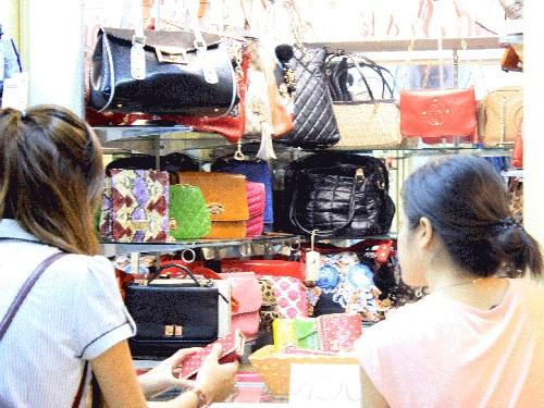 Túi xách, ví da nhái hàng hiệu tại Saigon Square. Ảnh: TRẦN THẮNG