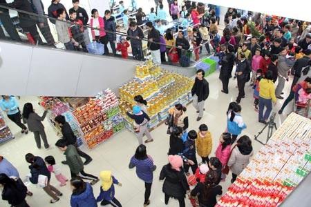 Đông đảo khách hàng đến tham quan, mua sắm tại OceanMart trong ngày đầu khai trương