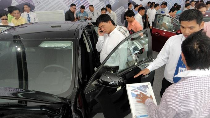 Tới đây, mua ôtô thanh toán bằng tiền mặt sẽ không được làm thủ tục sang tên - Ảnh: T.ĐẠM