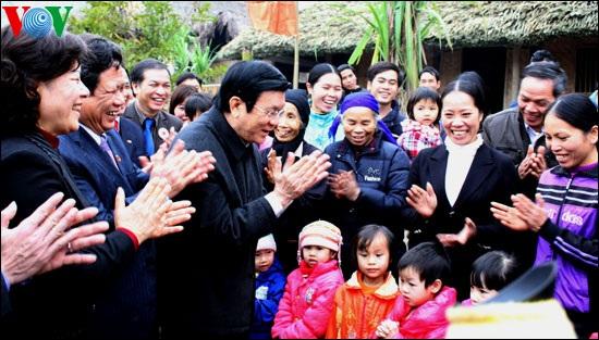 Chủ tịch nước thăm bà con Tân Trào