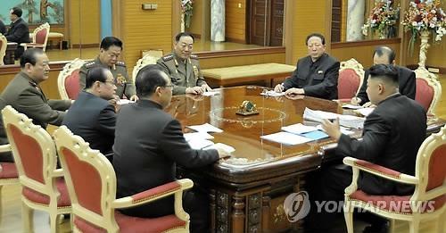 Kim Jong-un chủ tọa cuộc họp lãnh đạo cấp cao về các vấn đề quốc gia và nước ngoài. Ảnh: Yonhap