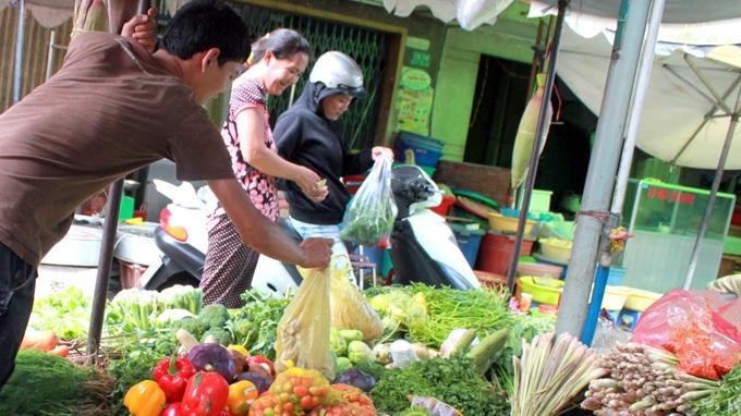 Giá nhiều loại rau củ tăng từ 20-30% so với trước tết - Ảnh: Lê Sơn