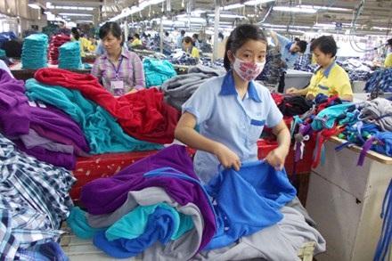 Tại TPHCM, chỉ các DN thuộc ngành dệt may, da giày có nhu cầu tuyển dụng tăng nhẹ. Ảnh: L.Tuyết