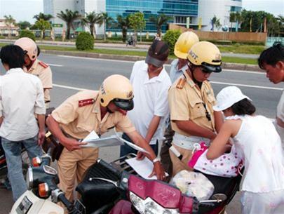 Lực lượng CSGT kiểm tra, xử lý các trường hợp vi phạm khi tham gia giao thông