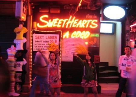Gái mại dâm đứng mời khách ở cửa quán bar
