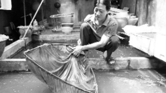 Nhà ông Lại Văn Hồng là một trong số ít gia đình còn giữ bể cá như thế này