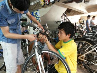 Doanh nhân chê xế hộp bạc tỷ, hồ hởi đi làm bằng xe đạp