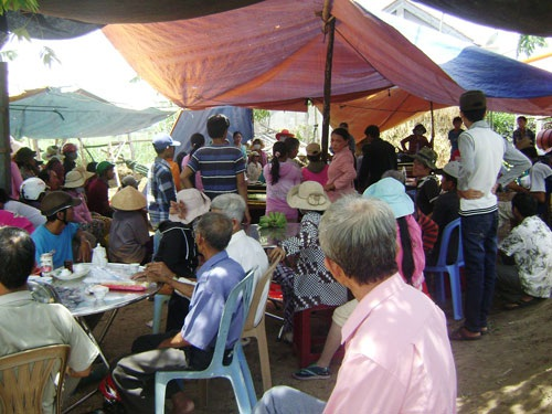 Nhiều người dân đến chia buồn gia đình ông Hà Văn Công