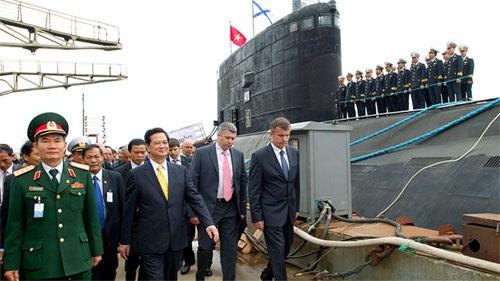 Thủ tướng kiểm tra tàu ngầm Nga xây dựng cho Việt Nam