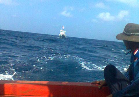 Tàu cá Việt Nam hoạt động trên vùng biển chủ quyền luôn bị tàu Trung Quốc gây hấn (ảnh: internet)