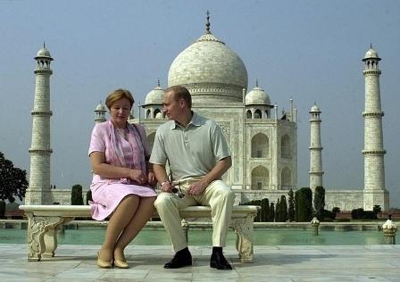 Tổng thống Nga Putin cùng phu nhân tại Taj Mahal, Ấn Độ. Ảnh: RT.
