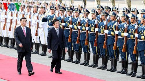 Chủ tịch nước Trương Tấn Sang và Chủ tịch Trung Quốc Tập Cận Bình duyệt đội danh dự