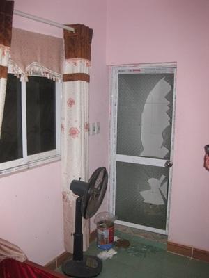 Cửa kính nhà vệ sinh phòng 202 nhà nghỉ Thuỳ Linh bị đập vỡ.