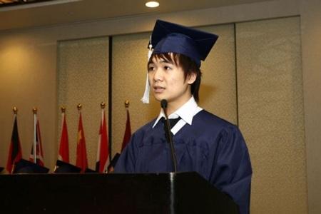 Vinh được chọn là một trong năm người phát biểu trong lễ tốt nghiệp tại Singapore