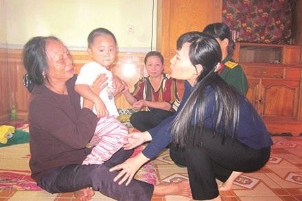 Cậu bé Ngô Minh Châu mới 2 tuổi chưa kịp hiểu nỗi đau mất cả cha lẫn mẹ.