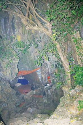 Cửa hang Cắc Cớ nơi chúng tôi ngồi chờ dơi bay ra.