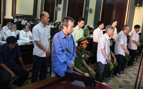 Vũ Quốc Hảo và các đồng phạm tại tòa.