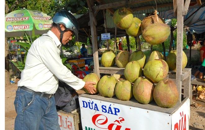 Dừa sáp bày bán ở huyện Cầu Kè.