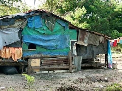 Túp lều tạm bợ, lụp xụp của đại gia đình 40 người.