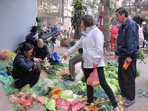 Giá rau xanh tại Hà Nội rẻ bất ngờ sau Tết