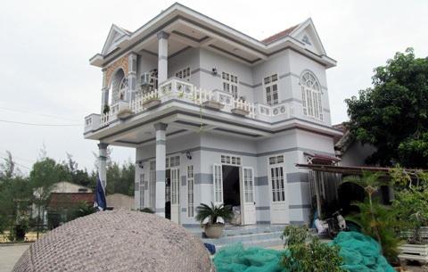 Ngôi biệt thự của tỷ phú ngư dân Trần Công Khuyến xuất ngoại gửi tiền về xây dựng.