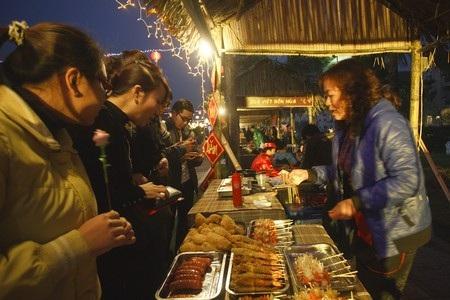 Cùng rất nhiều bánh kẹo, đồ uống độc đáo, thích hợp làm quà biếu tặng người thân, bạn bè dịp Tết.