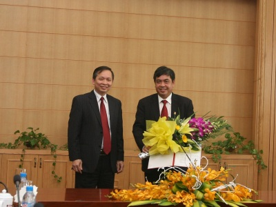 Ông Trịnh Ngọc Khánh (phải)