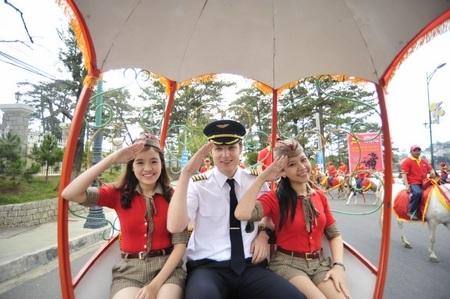 Phi công và tiếp viên VietJet xinh đẹp chào người dân và du khách