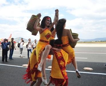 ...cùng điệu múa Tây Nguyên rực lửa tại sân bay Liên Khương