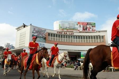 Đoàn chiến mã qua khắp các con phố, gây sự chú ý đặc biệt của người dân Đà Lạt