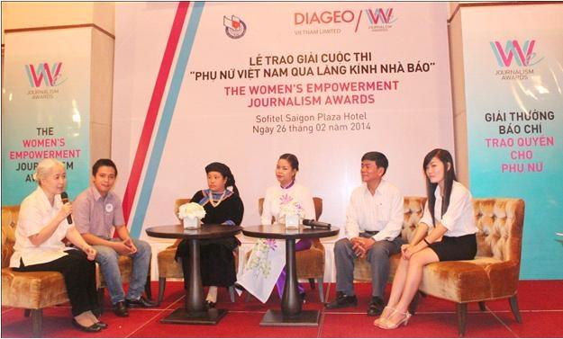 Các tác giả và nhân vật trong các tác phẩm đang giao lưu cùng báo chí