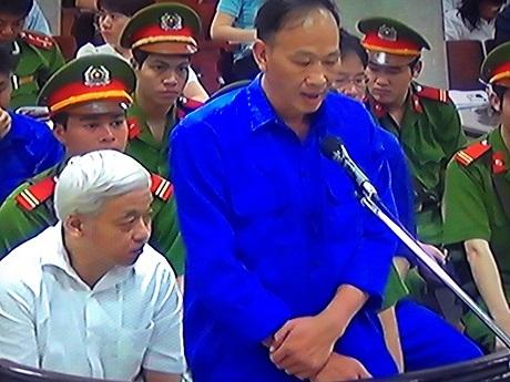 Bị cáo Huỳnh Quang Tuấn trả lời trước tòa (Ảnh: Lê Tú)