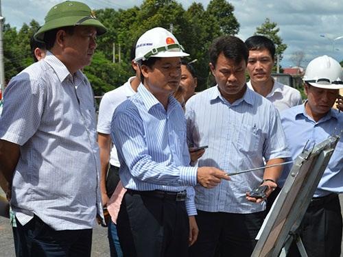 Bộ trưởng Đinh La Thăng (bìa trái) thị sát dự án nâng cấp, mở rộng đường Hồ Chí Minh