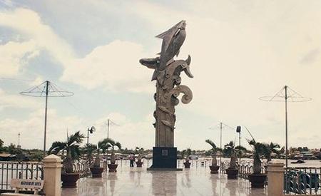 Tượng đài cá Basa tại Châu Đốc. Ảnh: