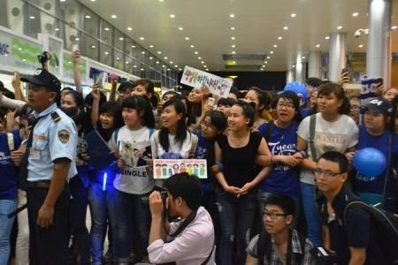 Rất đông các bạn trẻ có mặt tại sân bay Đà Nẵng tối qua để chào đón các thần tượng đến từ Hàn Quốc