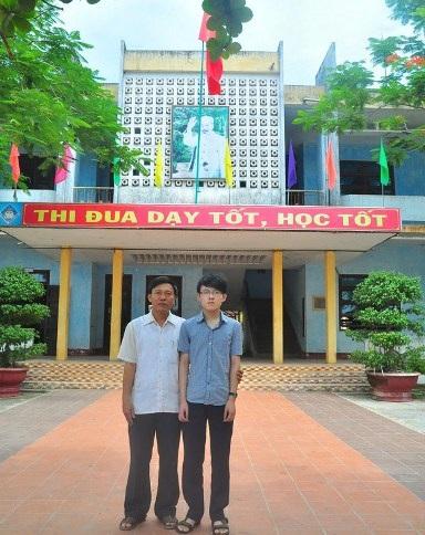 Em Nguyễn Anh Tuấn và thầy Hiệu trưởng