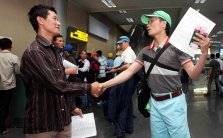 Lao động Việt Nam đi XKLĐ làm thủ tục về nước