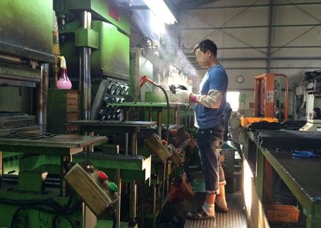 Lao động Việt nam làm việc tại một nhà máy ở Busan tại Hàn Quốc