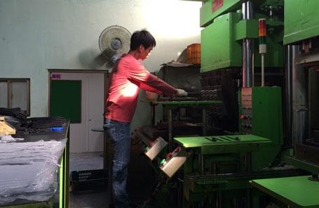 Lao động Việt Nam làm việc tại một nhà máy ở Busan (Hàn Quốc)