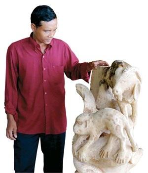 Khách mua tượng điêu khắc ở chùa Hang