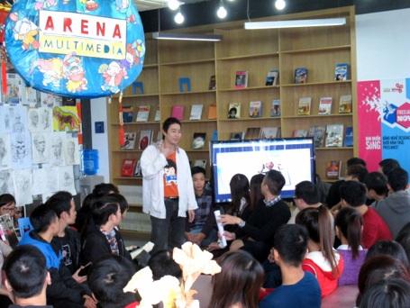 Nguyễn Duy Tùng Bách đang chia sẻ với học viên Arena Multimedia