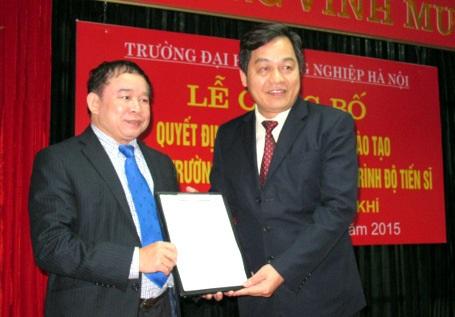 Thứ trưởng Bộ GD-ĐT Bùi Văn Ga (bên trái) trao quyết định tới đại diện ĐHCN Hà Nội