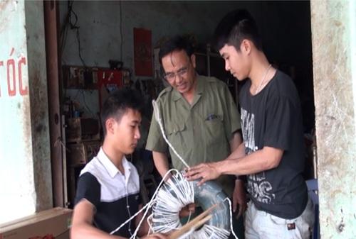 Dạy nghề sửa điện cơ cho thanh niên tại huyện Krông Ana tỉnh Đắk Lắk. Ảnh: Quang Huy