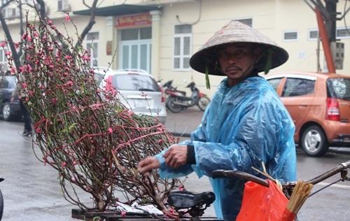 Cái nón, manh áo mưa… là vật dụng để họ chống lại thời tiết khắc nhiệt