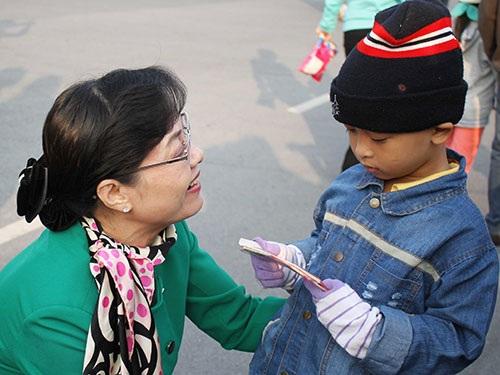 Bà Nguyễn Thị Quyết Tâm, Chủ tịch HĐND TP HCM, với con công nhân tại buổi đưa tiễn
