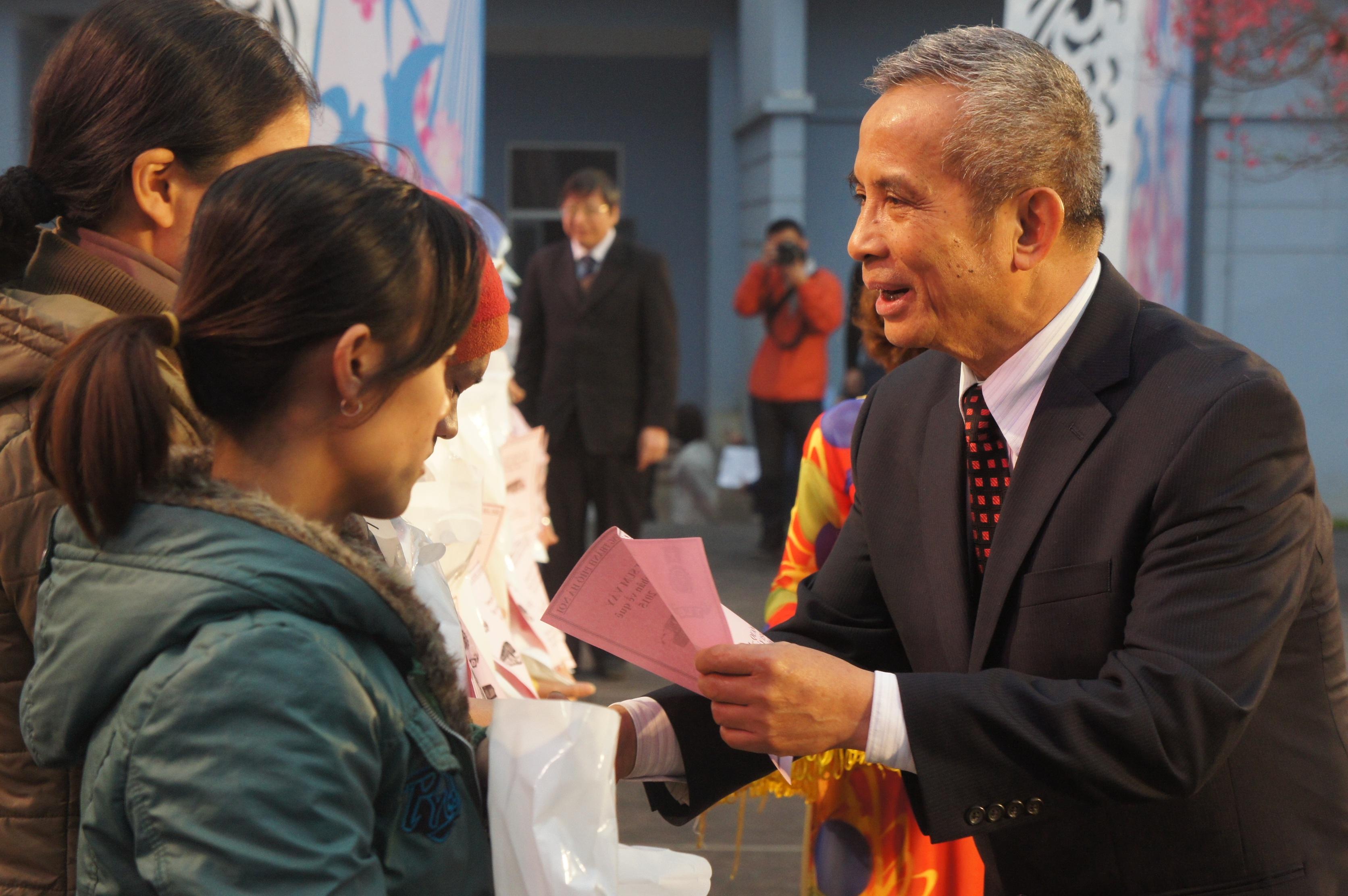 Ông Đặng Ngọc Tùng, Chủ tịch Tổng LĐLĐ VN, tặng quà tới công nhân Hà Nội