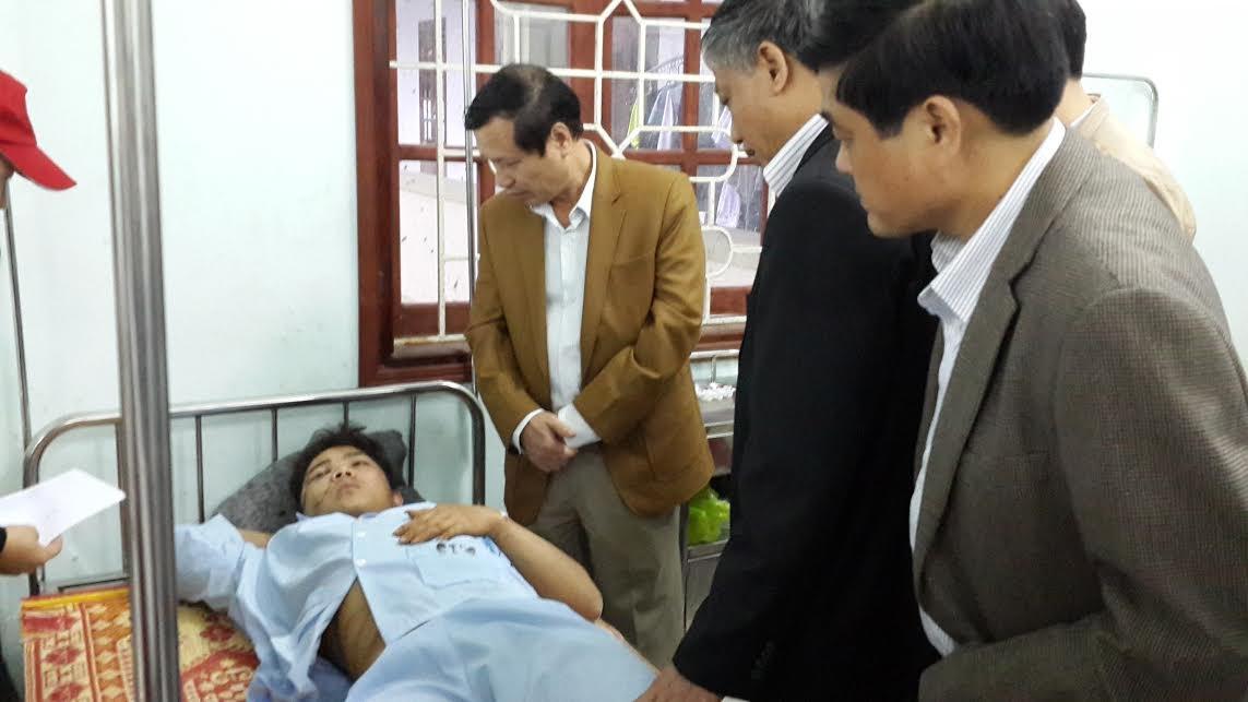 Đại diện Bộ LĐ-TB&XH tới thăm và tặng quà nạn nhân vụ tai nạn lao động