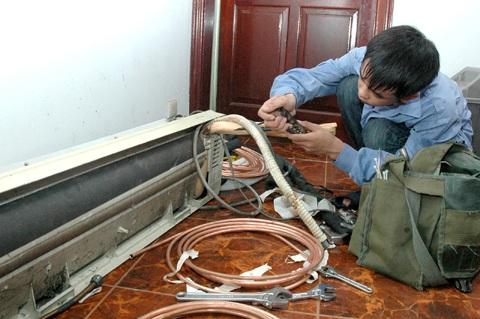 Mặc dù vất vả nhưng thợ sửa điều hòa trong những ngày nắng nóng có mức thu nhập khá cao