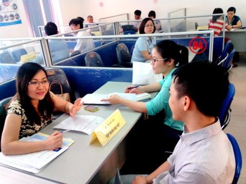Lao động lứa tuổi thanh niên tới tìm việc tại TT GTVL Hà Nội vẫn rất đông (ảnh: H.M)