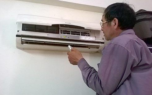 Thợ sửa điều hòa làm hết công suất dịp nắng nóng này tại Hà Nội